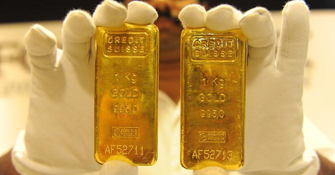 Thị trường chứng khoán hạ nhiệt, giá vàng tăng nhẹ