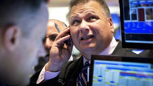 Dow Jones giảm gần 250 điểm do thị trường lo ngại chiến tranh thương mại
