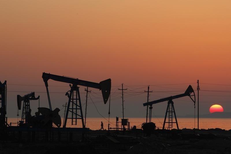 Dự trữ tại Mỹ giảm, dầu thô tăng giá