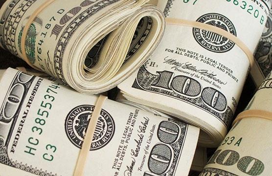 Ngân hàng bán USD sát giá trần