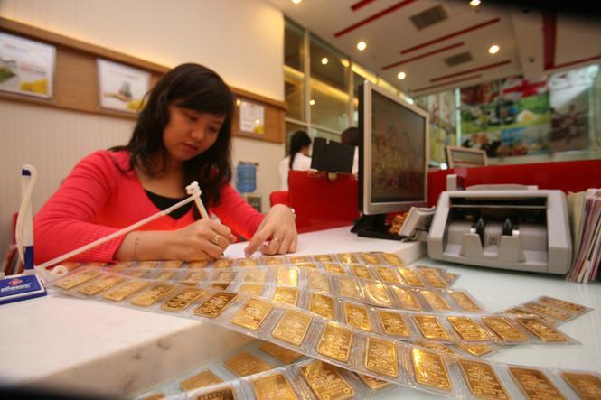 USD tăng giá, vàng tiếp tục dò đáy