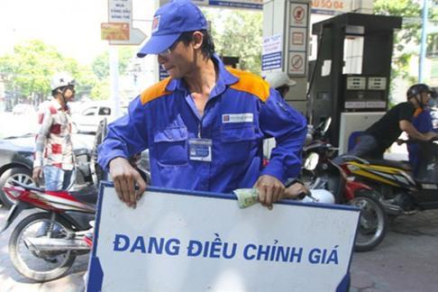 Giá xăng E5 giảm hơn 200 đồng/lít
