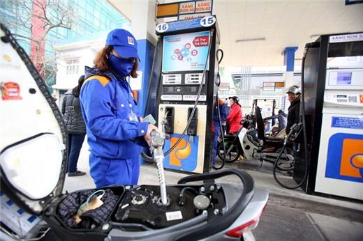 Giá xăng giảm hơn 1.000 đồng/lít, mức kỷ lục từ đầu năm
