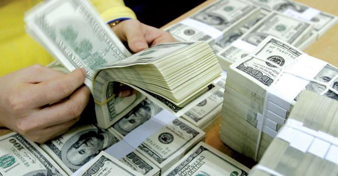 """Tỷ giá trung tâm tiếp tục leo đỉnh, giá USD tại các ngân hàng """"bất động"""""""