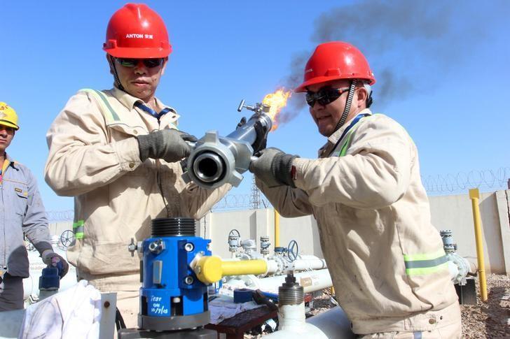 Giá dầu thô tăng, WTI vượt mốc 60 USD/thùng vì nguồn cung giảm