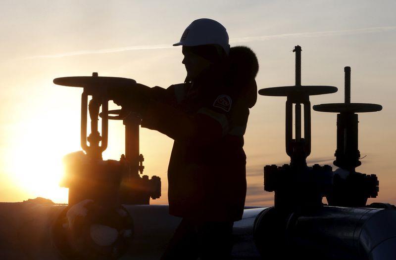 Giá dầu giảm gần 1% nhưng vẫn ở gần đỉnh năm 2019