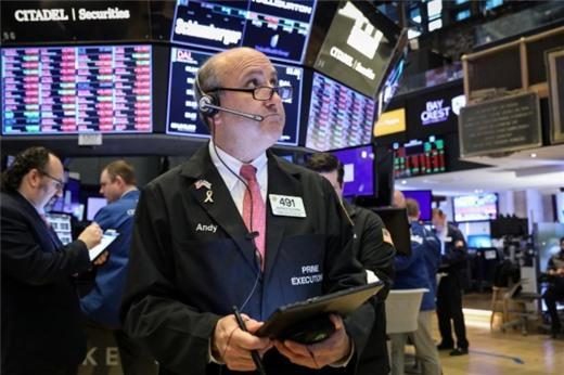 Cổ phiếu ngân hàng, năng lượng diễn biến kém, Phố Wall giảm điểm