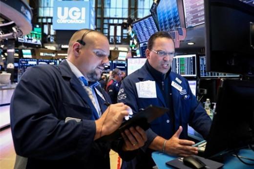 S&P 500 lập đỉnh mới, Dow Jones lần đầu tiên chốt phiên trên 27.000 điểm
